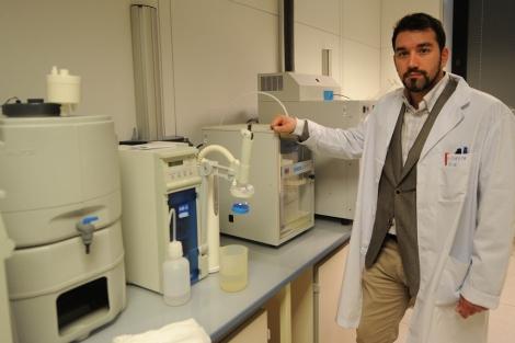 El investigador Santiago Cuesta, en su laboratorio de la Universidad de Burgos.   Israel L. Murillo