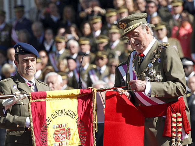 El Rey impone la Cruz Laureada de San Fernando al Regimiento Alcántara. | Zipi / Efe