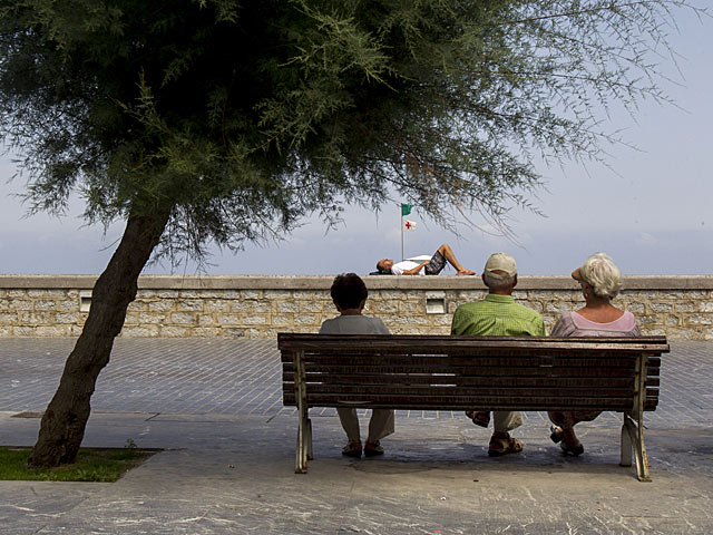 Tres mayores sentados en un banco junto al Kursaal, en San Sebastián. | Iñaki Andrés