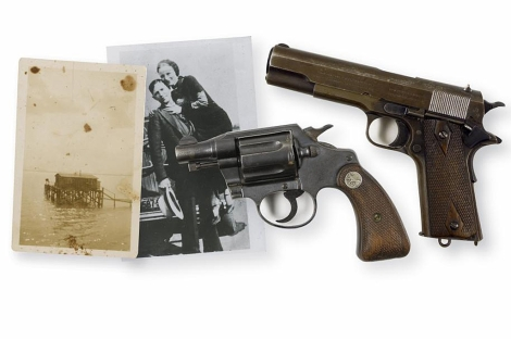 Las pistolas de Bonnie & Clyde, junto a un par de fotografías. | Reuters