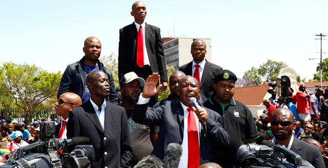 Julius Malema se dirige a sus seguidores tras comparecer en el juzgado a finales de septiembre. | Reuters
