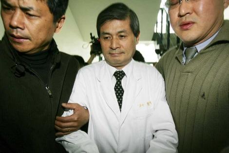 Hwang Woo-Suk fue procesado por falsear sus experimentos de clonación.   AP