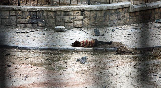 El cuerpo sin vida de una niña sobre una calle de Alepo. | EfeMÁS IMÁGENES