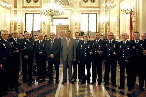 El ministro, Posada y Bono, con los policías condecorados. | Ballesteros / Efe