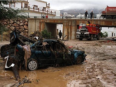 Un coche destrozado por las inundaciones, en Villanueva del Rosario (Málaga). | Carlos Díaz