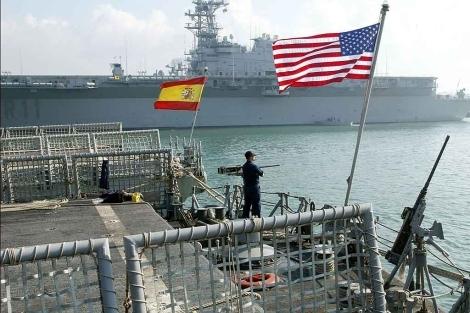 Las banderas española y estadounidense ondean juntas en Rota. | E.M.