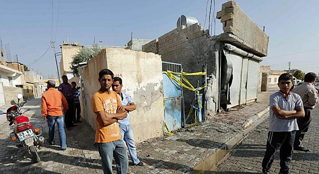 Varios vecinos del pueblo de Akcakle, en el edificio bombardeado, donde murieron cinco civiles.   Reuters