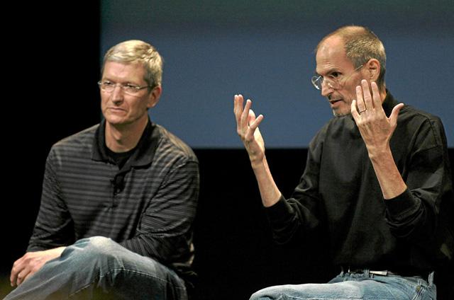 Tim Cook (izq.), consejero delegado de Apple, junto a Steve Jobs, su antecesor, en 2010. | Reuters