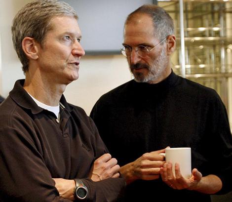 Tim Cook (izq.) junto a Jobs en 2007. | Efe