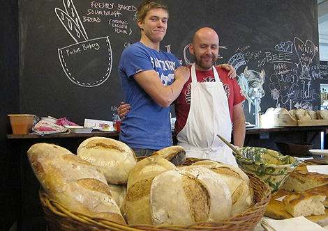 Jack, en el puesto al que acude a vender sus panes. | C.F.