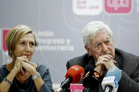Rosa Díez junto a Mario Vargas Llosa, esta mañana en Madrid. | Emilio Naranjo / Efe