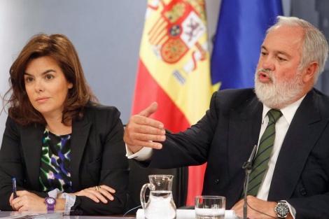 Sáenz de Santamaría y Arias Cañete tras el Consejo de Ministros. | José Aymá