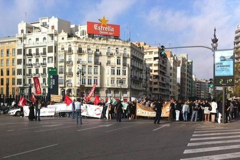 Manifestantes cortan la calle Xàtiva, frente a la Estación del Norte.   M. Eslava