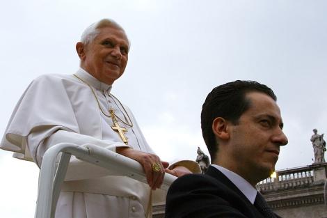 Benedicto XVI y Paolo Gabriele, en San Pedro en 2006. | AFP