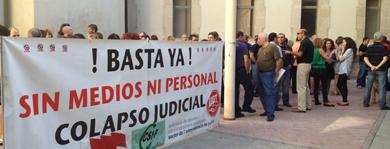 Una reciente concentración frente a los juzgados de Benalúa.   E.M.