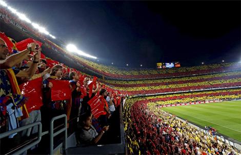 El mosaico con la bandera catalana al inicio del partido. | Efe