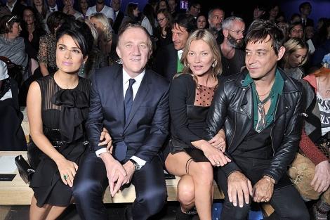 Pinault (2i), con su mujer Salma Hayek, Kate Moss y su marido en el desfile de YSL. | Gtres