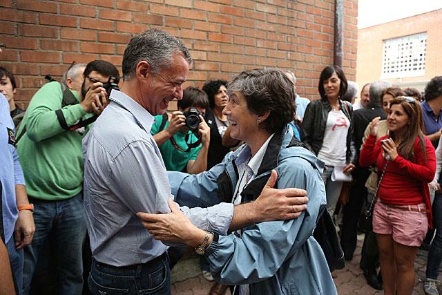 Iñigo Urkullu y Laura Mintegi se saludan en el Kilometroak, en Andoain.   Jon Corostola
