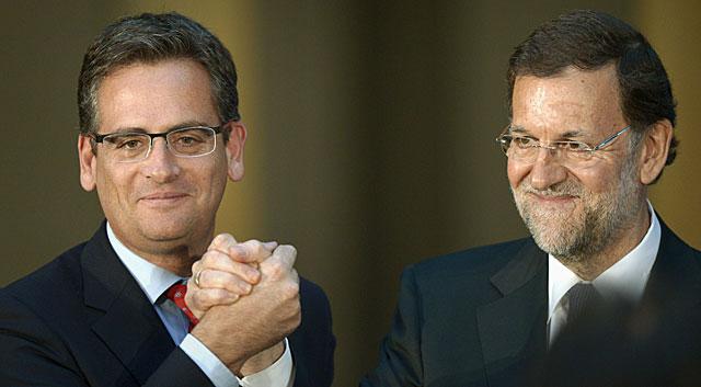 Antonio Basagoiti y Mariano Rajoy se saludan en el mitin del PP en San Sebastián. | Vicent West / Reuters