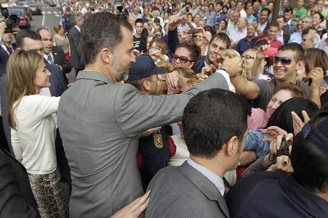 Los príncipes de Asturias saludan a los jóvenes en el barrio de Las Delicias. | J.M. Lostau