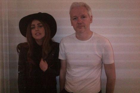 Lady Gaga junto a Julian Assange en la embajada ecuatoriana en Londres.