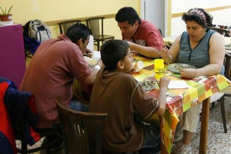 Una familia almuerza en un comedor social de Barcelona.   Jordi Soteras