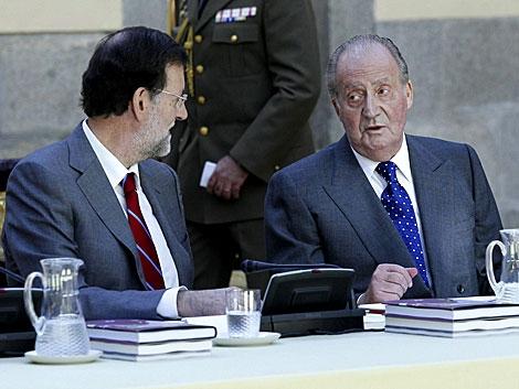 El Rey conversa con el presidente del Gobierno durante la reunión. | Zipi / Efe