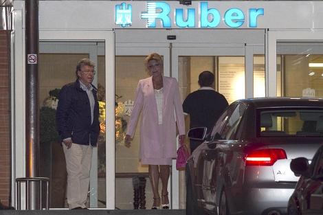 La baronesa Thyssen, anoche a su salida de la clínica.   Gtres