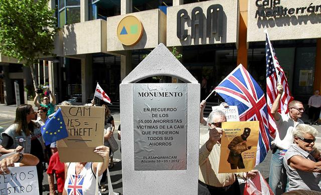Protesta ante la sede de la CAM por un grupo de afectados. | Ernesto Caparrós