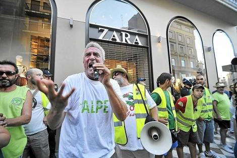 El portavoz del SAT, Diego Cañamero, en una protesta en Granada. | J. G. Hinchado