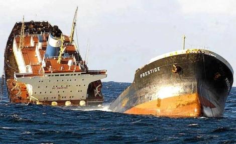 El petrolero 'Prestige' partido en dos.   Efe