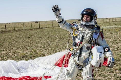 Felix Baumgartner celebra su éxito al llegar a tierra.
