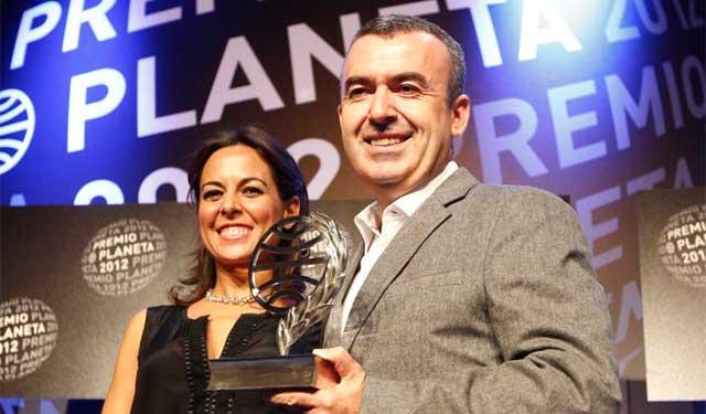 Mara Torres y Lorenzo Silva posan con el galardón. | Domènec Umbert