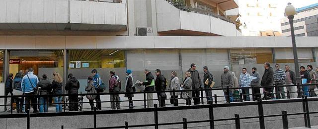 Colas para acceder a una oficina de empleo en Valencia. | EL MUNDO