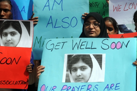 Estudiantes paquistaníes con carteles de apoyo a Malala. | Afp