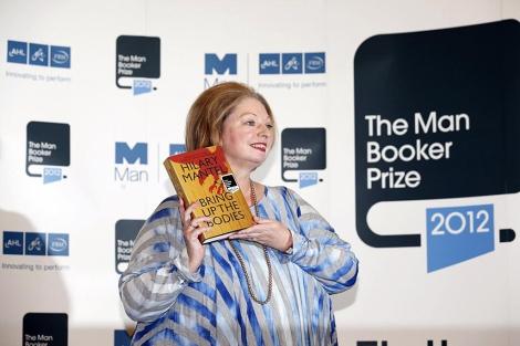 Hilary Mantel posa con su novela en las manos. | Afp