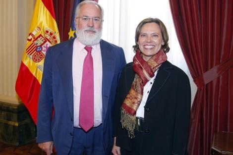 El ministro de Agricultura, Miguel Arias Cañete, junto a la presidenta de McDonald's España, Patricia Abril.
