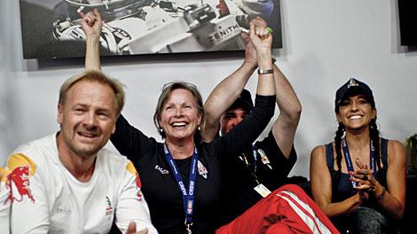 La novia del paracaidista (d) siguió la gesta desde Roswell. | Efe/Red Bull