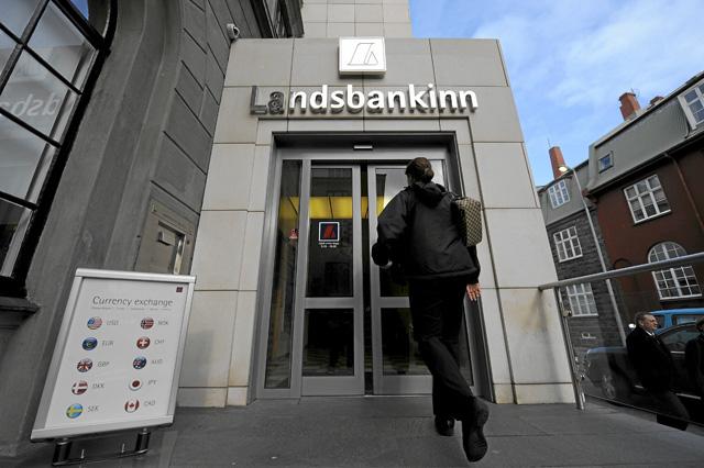 Oficina de uno de los bancos islandeses que fue nacionalizado.   Afp