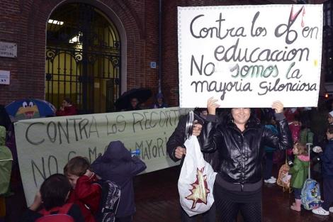 Padres y Alumnos protestan a la entrada del Colegio Público Antonio García Quintana.