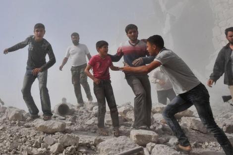 Jóvenes sirios después de un ataque aéreo de las fuerzas gubernamentales. | Afp