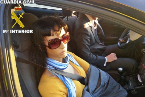 La maniquí en el coche.   Foto: Guardia Civil