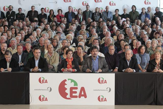 Cargos y ex cargos de EA muestran su adhesión a EH Bildu en San Sebastián.   Justy
