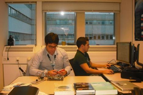 Moisés Navarro (izqda.) y Juan Manuel Parro trabajando en su oficina. | EM