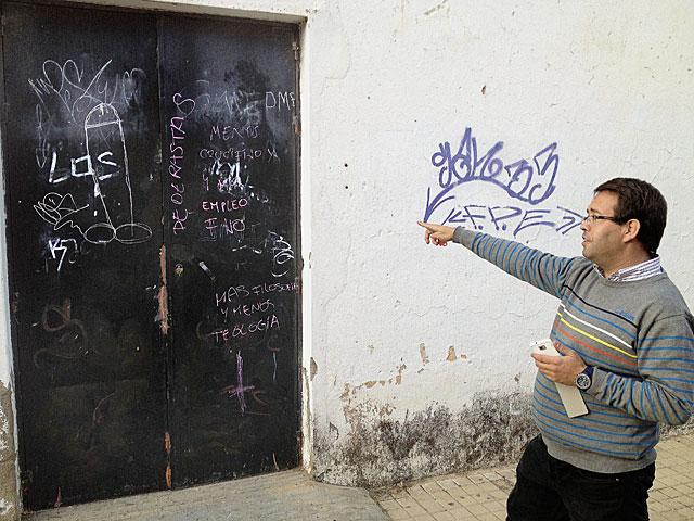 El director del centro muestra pintadas realizadas por los asaltantes. | David Vigario
