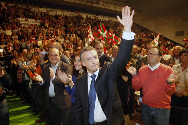 Urkullu saluda al público del mitin de cierre de campaña del PNV, en Bilbao.   Iñaki Andrés