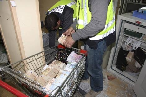 Agentes de Policía incautan dinero de la 'operación Emperador'.   Efe