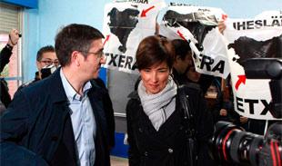 Patxi López votando ante los carteles de ETA. | Efe
