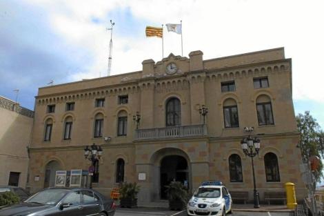 La 'senyera' y la bandera de Vilassar de Dalt ondean en la fachada del ayuntamiento. | Marga Cruz