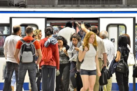 Pasajeros saliendo de un vagón del Metro de Madrid en la última huelga. | Gonzalo Arroyo